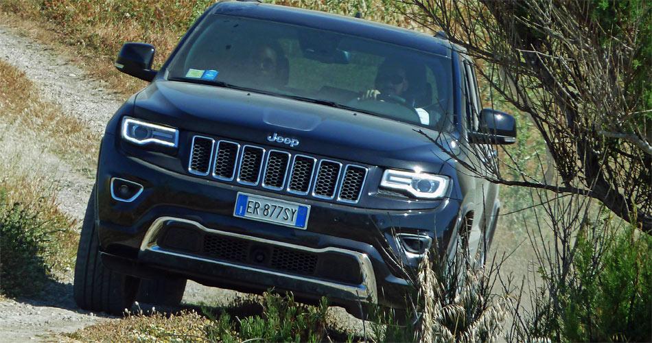 Bi-Xenon-Scheinwerfer und LED-Tagfahrlichter verleihen den Jeep Grand Cherokee einen unverwechselbaren Look.