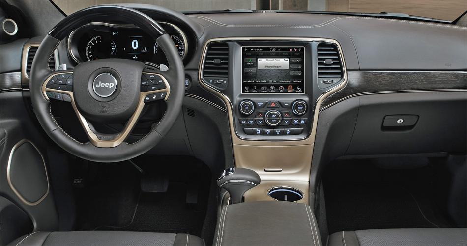 Im aufgewerteten Interieur findet man ein neues Touchscreen-Infosystem und eine hervorragende Harman/Kardon-Soundanlage.