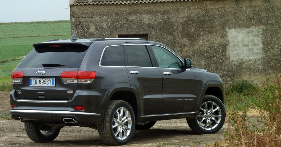 Mit Luftfederung, fünf Fahrprogrammen und Geländeuntersetzung ist der Jeep Grand Cherokee auf höchstem Niveau gelänetauglich