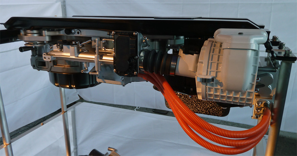 Das kompakt in der Reserveradmulde montierte Range Extender-Modul mit horizontalem Wankel-Motor, Tank und Generator.