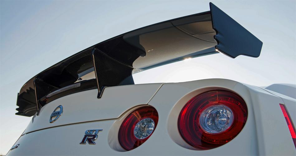 Der grosse Heckflügel aus Karbon ziert das noch kompromisslosere Modell GT-R Nismo.