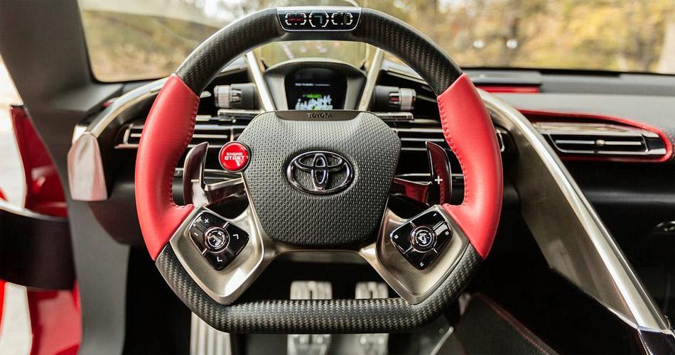 Auch im Interieur des Toyota FT-1 gibt es starke Anleihen an den Rennsport.