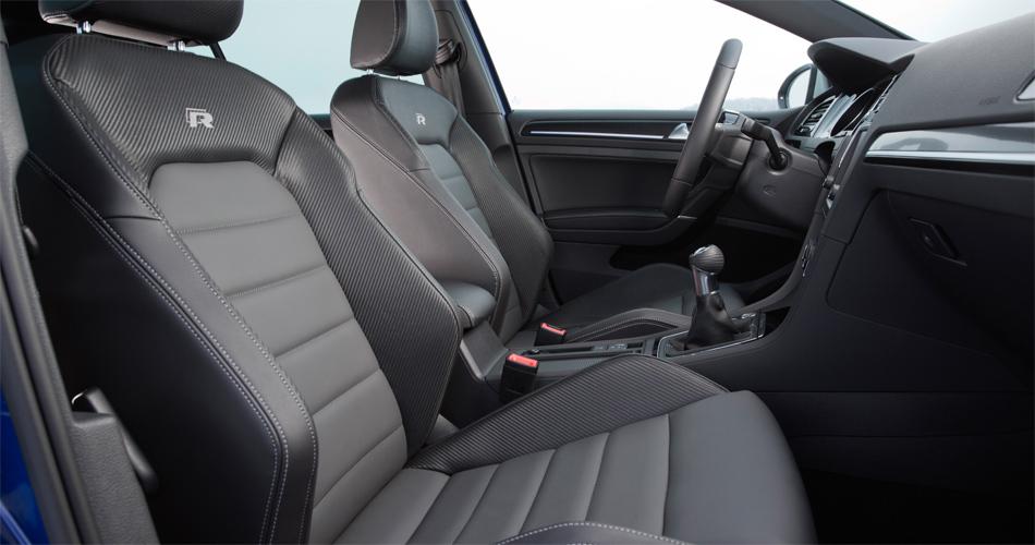 Im Interieur des VW Golf R bieten gut ausgeformte Sportsitze ausgezeichneten Seitenhalt.