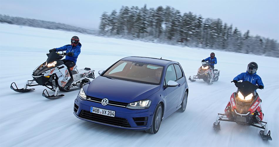 Gegen die schwedischen SkyDoos macht der neue VW Golf R nicht wegen seiner Lancierungsfarbe Blau gute Figur.