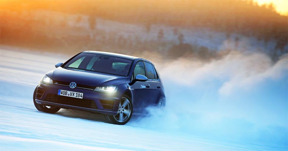 Driften, als gäbe es kein Morgen. Der VW Golf R lässt sih fast spielerisch über die weisse Pracht dirigieren, das ESP ist komplett ausschaltbar!