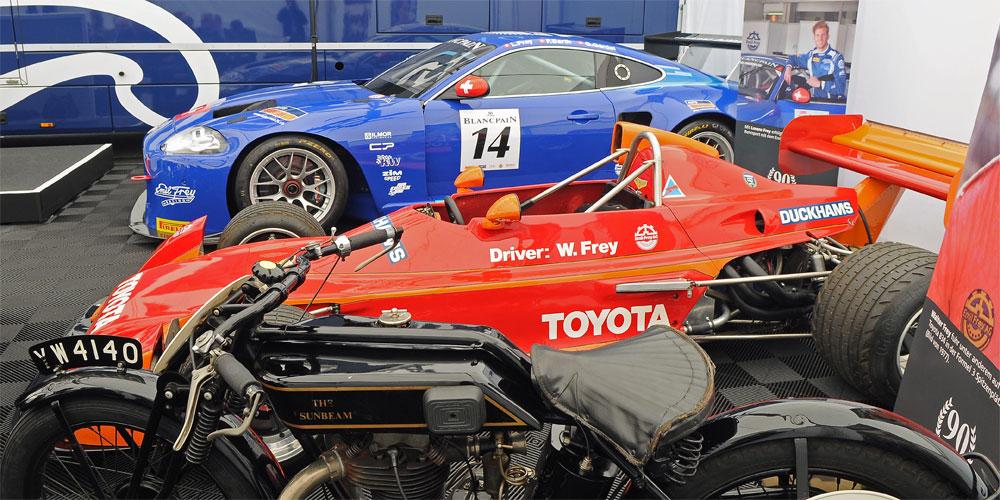 Drei Generation Emil Frey Racing: Ein Rennmotorrad von Emil Frey, der Formel 2 Toyota von Walter Frey und der aktuelle Emil Frey GT3 Jaguar.