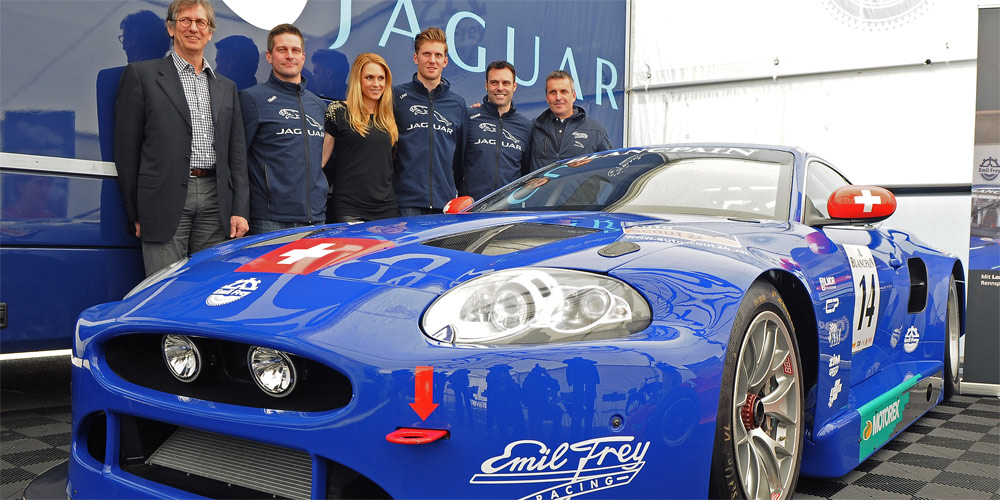 Der Emil Frey GT3 Jaguar mit Motorenspezialist Mario Illien, Fredy Barth, Moderatorin Jennifer Ann Gerber, Lorenz Frey, Gabriele Gardel und dem Ex-Sauber-Mann Jürg Flach als neuer technischer Leiter.